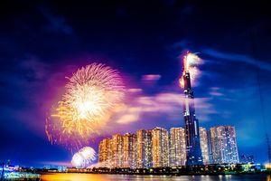 Ngắm tòa nhà cao nhất Đông Nam Á rực rỡ trong đêm pháo hoa 30/4