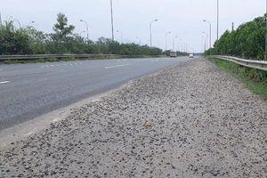 Đá dăm phủ kín làn dừng khẩn cấp Đại lộ Thăng Long
