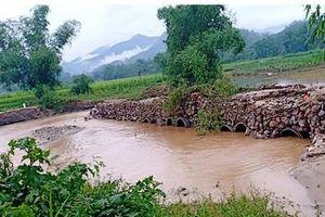 Lũ quét đầu mùa làm ách tắc giao thông ở Lào Cai