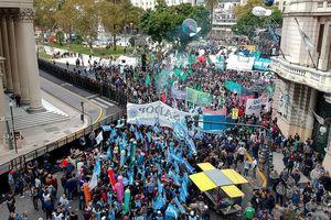 Hàng chục nghìn người xuống đường biểu tình tại Argentina