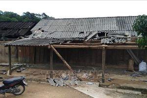 Hà Tĩnh huy động hàng trăm người lợp lại nhà, trường học sau cơn lốc
