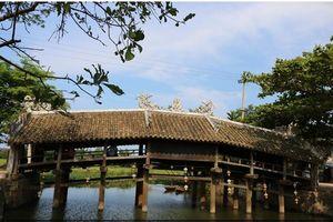 Độc đáo cây cầu ngói hơn 200 năm tuổi ở Huế