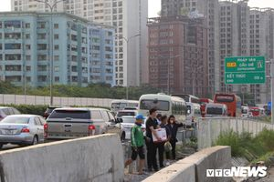Ngày cuối nghỉ lễ, đường vào thành phố tắc hàng cây số, nhà xe thả khách ngay trên cao tốc