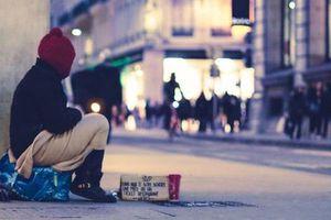 Người đàn ông bỏ cuộc sống đầy đủ để sống lề đường