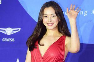 Hoa hậu Honey Lee gợi cảm 'chặt đẹp' dàn sao nữ tham dự 'Baeksang 2019'