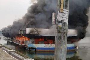 Nhà hàng nổi bỏ hoang ở Hồ Tây bốc cháy ngùn ngụt giữa trưa