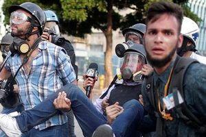 Hàng ngàn người biểu tình phản đối Tổng thống Maduro, lực lượng an ninh đáp trả bằng súng đạn và hơi cay