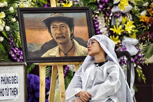 Đồng nghiệp, người thân khóc nghẹn trong đám tang nghệ sĩ Lê Bình