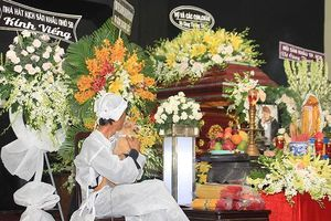 Showbiz 3/5: Chú chó đội tang trắng trong lễ tang nghệ sĩ Lê Bình gây xúc động