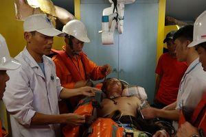Cứu sống một thuyền viên bất tỉnh do bị tai nạn lao động trên biển