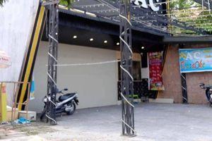 Mâu thuẫn với nhân viên quán karaoke, khách rút súng bắn 2 người bị thương