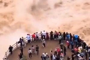 Clip: Du khách liều mạng đứng xem dòng nước dữ như 'quái vật'