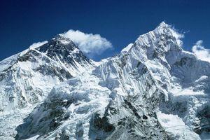 Thi thể người và rác lộ ra trong đợt dọn dẹp đỉnh Everest