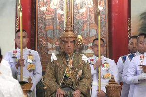 Quốc vương Thái Lan nhận vương miện 7,3 kg, chính thức lên ngôi