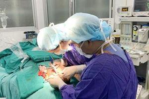 Bệnh viện Việt Đức cứu sống bé trai bị chó cắn trong tình trạng nguy kịch