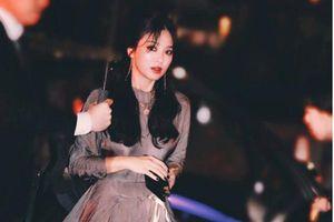 Song Hye Kyo đẹp lộng lẫy đi sự kiện nhưng bàn tay của cô mới gây chú ý