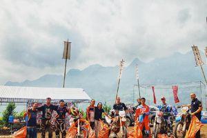Những tay đua cào cào ở lại dọn rác sau giải off-road ở Hà Giang