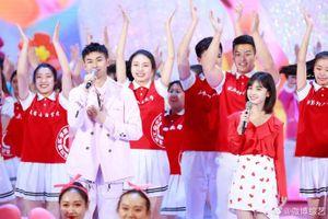 Dương Mịch, Quan Hiểu Đồng và Ngô Lỗi mang không khí thanh xuân vườn trường lên sân khấu 'Đêm hội 4/5 đài CCTV'