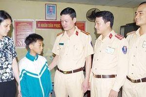Bé trai 11 tuổi đạp xe từ Nam Định lên Hà Nội tìm mẹ bị lạc được CSGT giúp đỡ