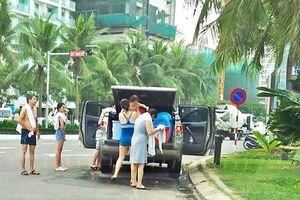 Đà Nẵng: Truy tìm ô tô dừng, đỗ để cả nhà tắm trên đường phố