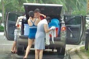 Gia đình thản nhiên đỗ ôtô, tắm tráng giữa đường tại Đà Nẵng