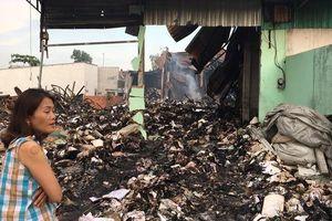 Cháy rụi kho, hàng tấn tài liệu xe buýt ở TP HCM biến thành tro