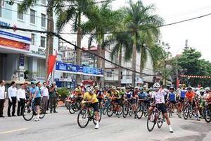 Bắt đầu khởi tranh chặng đua thứ 3 từ TP Sơn La đến TP Điện Biên Phủ