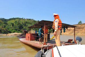 Cùng cảnh sát đường thủy truy quét 'cát tặc' trên Tây Nguyên