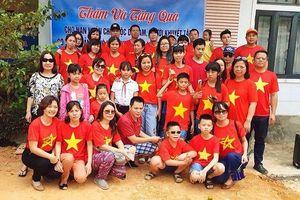 Thầy cô trường Lĩnh Nam vượt ngàn trùng tặng quà nạn nhân đioxin