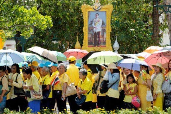Người Thái xếp hàng dài, 'xí chỗ' đẹp chờ xem lễ rước tân vương