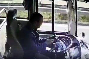Tài xế mải xem điện thoại, xe buýt đâm sầm vào xe chở thóc