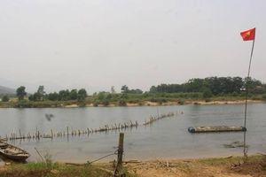 Huế: Dân 'vây' mỏ cát, đóng cọc tre ngăn 'rút ruột' sông Bồ