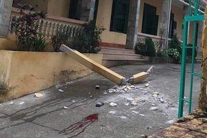 Cột bê tông rơi trúng người, 2 học sinh nhập viện