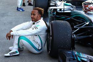 Tay đua F1 'đi vệ sinh' bằng cách nào?