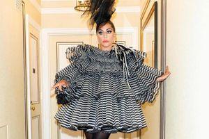 Lady Gaga mặc dị dự tiệc trước thềm 'Oscar thời trang'