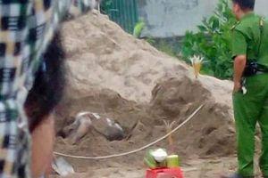 Tá hỏa vì phát hiện chân người thò ra trong đống cát