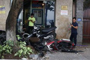 Danh tính người lái ôtô chồm lên vỉa hè Trích Sài, tông nát 6 xe máy