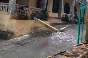 Nhóm học sinh Hòa Bình bị cột bê tông đổ, đè lên người khi chơi ở sân trường