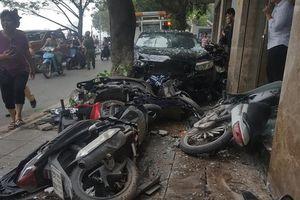 Hiện trường ô tô đâm loạt xe máy trên vỉa hè Hà Nội