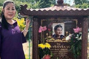 NSND Hồng Vân mang 'xế sang' tới mộ tặng Anh Vũ, tiết lộ di nguyện cao đẹp cuối cùng của đàn em