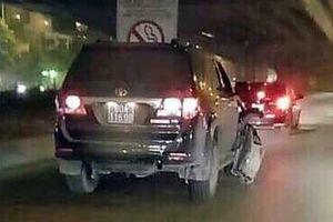 Đình chỉ công tác với lái xe biển xanh bỏ chạy sau khi gây tai nạn trên đường Nguyễn Xiển