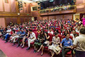 Khán giả cùng cậu con trai nghẹn nước mắt trong đêm diễn tưởng nhớ nữ diễn viên Nhà hát Kịch VN tử vong ở hầm Kim Liên