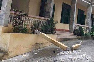 Cột bê tông ở tầng 2 rơi, một học sinh tử vong
