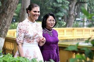 Công chúa kế vị Thụy Điển thích thú thăm Nhà sàn Bác Hồ