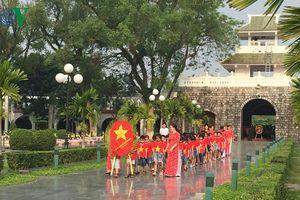 Hàng nghìn du khách đến thăm viếng các nghĩa trang liệt sỹ ở Điện Biên