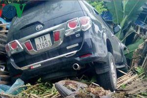 Ô tô đâm vào vệ đường, 2 người đi xe máy bị thương