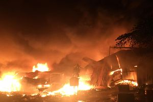 Cháy lớn ở Bình Dương, công nhân đưa đồ đạc tháo chạy ra khỏi nhà trọ