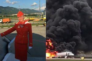 Tiếp viên Nga túm cổ áo khách, đẩy khỏi máy bay cháy
