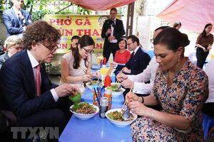 Công chúa kế vị Thụy Điển thưởng thức ẩm thực đường phố Hà Nội