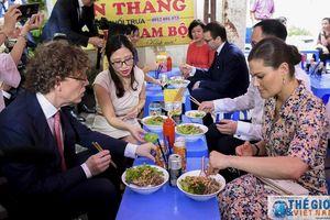 Công chúa kế vị Thụy Điển thưởng thức món bún bò Nam Bộ tại quán cóc